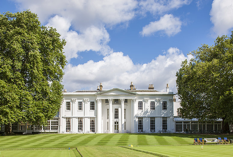 [Translate to Italienisch:] White building at Hurlingham Club in London