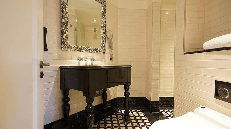 Bathroom furnishings with bathtub at Boutique Hotel Lalit in London
